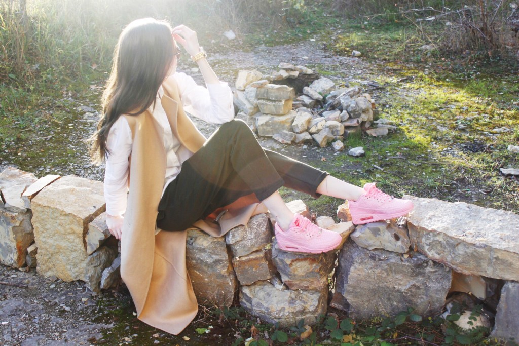 Outfit: Long Wool Vest, White Blouse and Jogger with AirMax Shanghai
