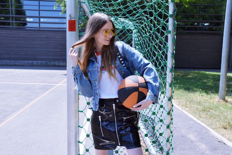 Trendreport: 1 Outfit – 5 Trends: Streifen, Lack, Motto Shirt, Athleisure, bunte Brillengläser